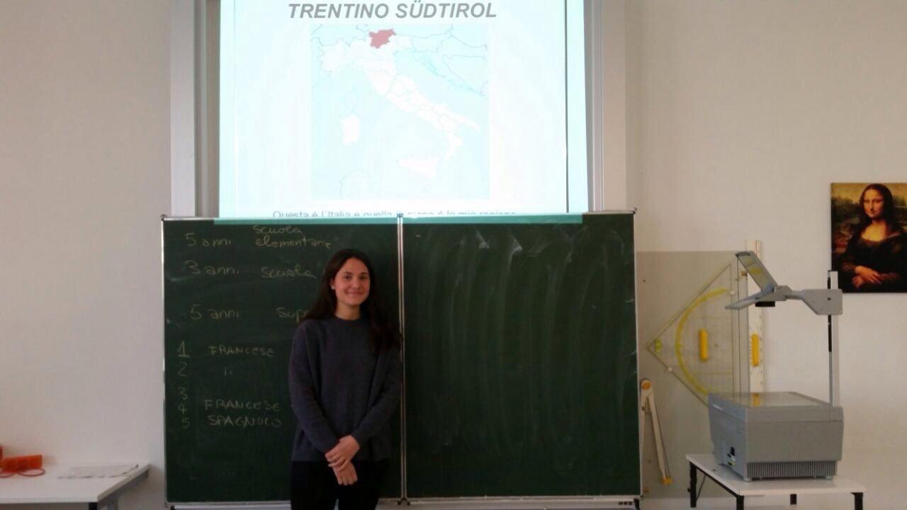 Gastschülerin Sofia Mani aus Bozen hält Vortrag über ihre Heimat
